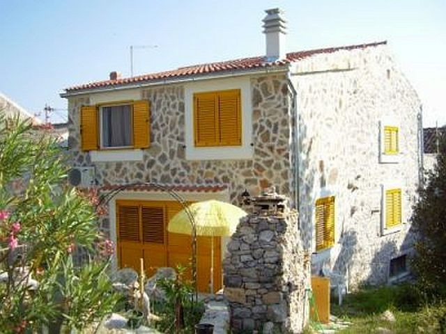 Holiday house for 6 people with WiFi & air conditioning on the island Murter 800 m from the sea, pets allowed