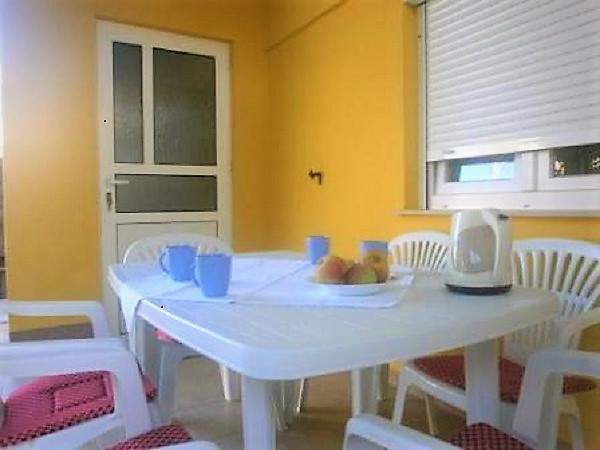 Holiday apartment in Razanac for 4-5 people directly by the sea, 2 bedrooms, beach 50 m, Dalmatia