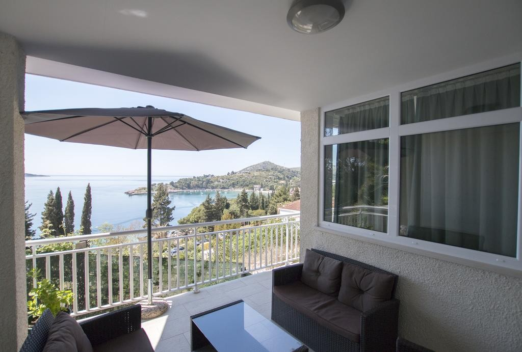 Two bedroom apartment for 4-6 guests with amazing sea view in Mlini near Dubrovnik