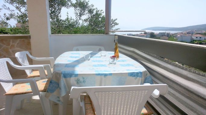 Air conditioned apartment with WiFi & sea view for 7 people in Slatine on the island of Čiovo near Split