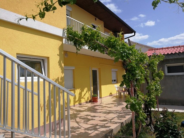 Northern Dalmatia holidays, vacation apartment in Razanac accommodates up to 5 people