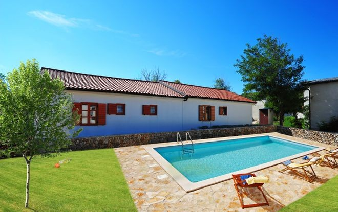 Bungalows on the island of Vir with swimming pool, TV SAT & air conditioning 600 m from the sea