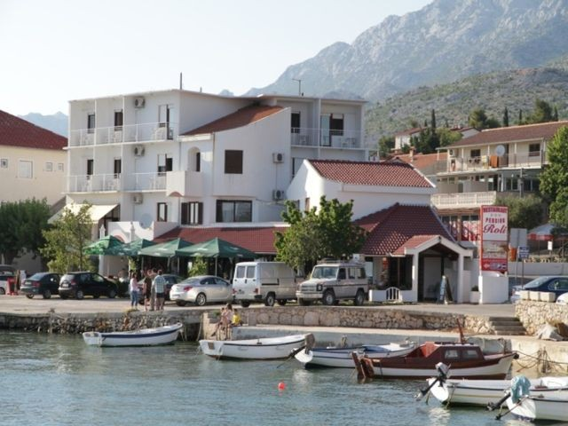 A boarding house in Starigrad Paklenica near Zadar directly on the beach with 16 air-conditioned rooms with bathrooms, Internet connection and mooring for boats